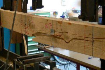 houten balk met aantekeningen (foto Houtwereld)