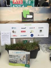 Graskarton logobord met bak gras en folders